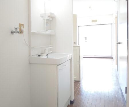 洗濯機置場と洗面所の様子♪