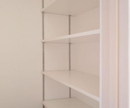 キッチン横の可動棚収納庫です♪